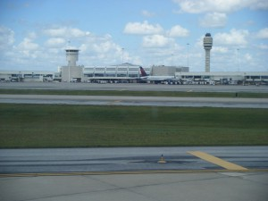 800px-Orlando_International_Airport_terminal_from_arriving_airplane