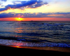 Easter-sunrise-south-beach-miami-04-08-2007-by-tom-schaefer-miamitom-for-wikipedia-03 (1)